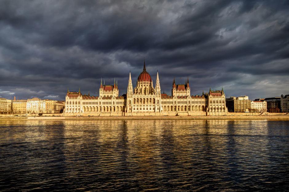 На фотографии изображёно здание парламента страны