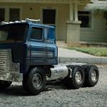 """Игрушечный грузовичок, который Терминатор давитколесом своей машины — это миниатюрная копия грузовика, на котором в фильме """"Терминатор 2: Судный день"""" (1991) Т-1000 мчитсяза мопедом Джона Коннора"""