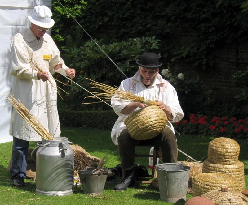 Традиционные английские ульи из соломы