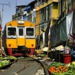 В таиландском городке Самут Сонгкхрам рынок раскинулся вдоль железнодорожных путей. Причем по ней до сих пор ходит поезд