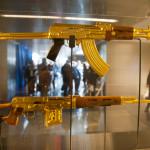 У бывшего руководителя Ирака Саддама Хусейна, американские солдаты нашли позолоченный автомат Калашникова СВД