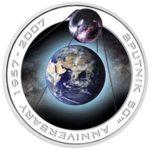 серебряная монета, на которой была изображена планета и спутник на орбите.