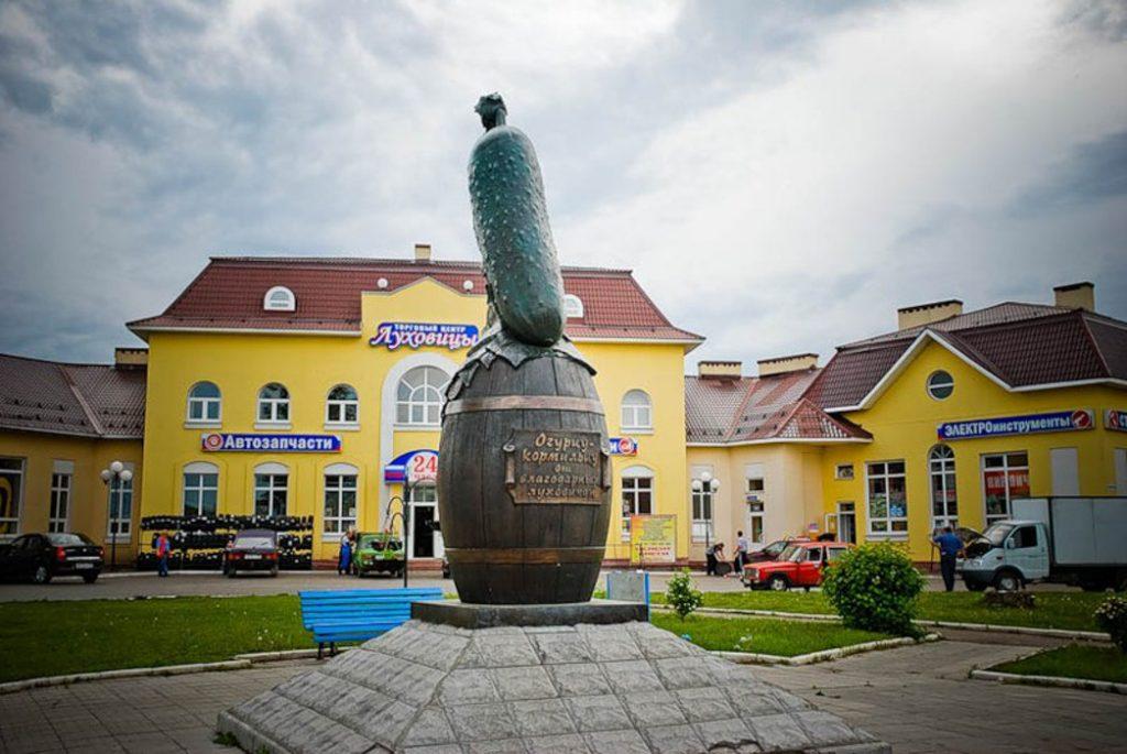"""На трассе М-5 """"Урал""""располагается памятник огурцу, установленный в честь высокого качества луховицких огурцов"""