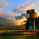 музей Гуггенхайма в Бильбао в свете лучах заходящего солнца