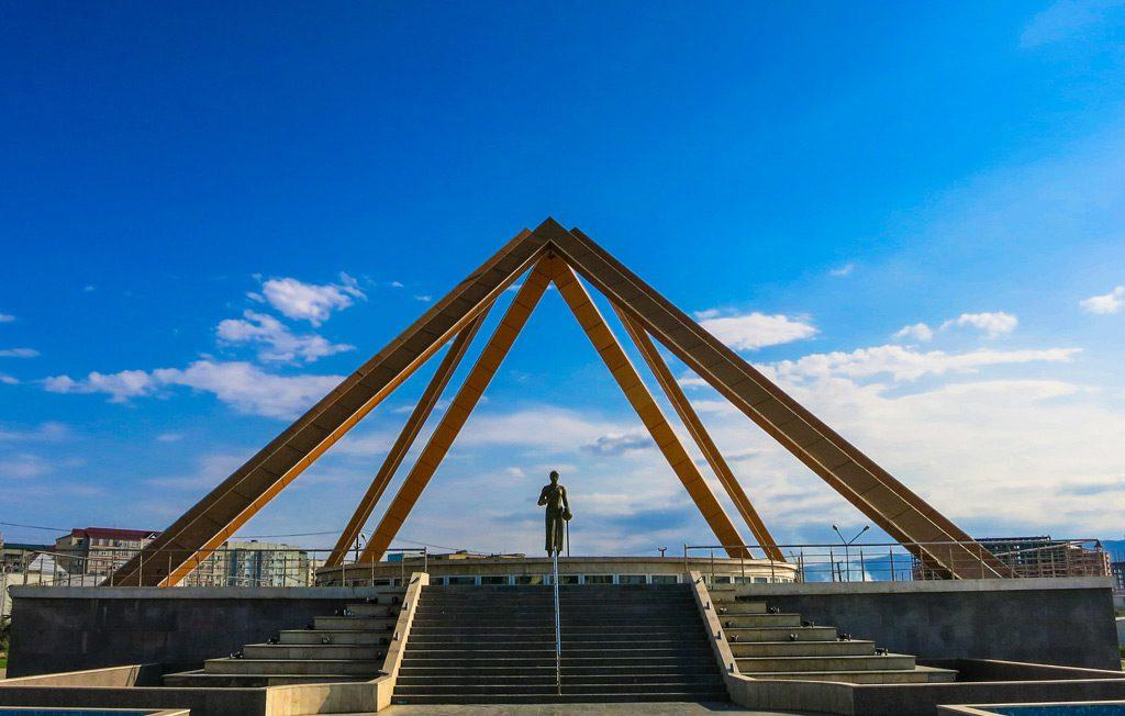 Памятник русской учительнице в Махачкале
