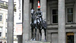 В Глазго есть конная статуя герцога Веллингтона, на голову которого горожане время от времени водружают дорожные конусы