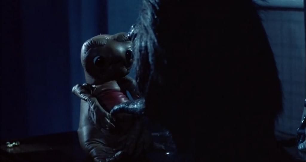 """Когда зубастики устраивают тусовку в детской, один из них находит и спрашивает""""ты кто такой?"""" у фигурки инопланетянина из одноименного фильма Стивена Спилберга."""