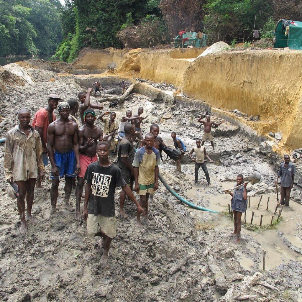В стране существуют незаконные шахты под открытым небом, где чёрные копатели добывают алмазы