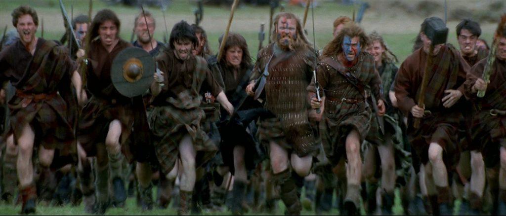 В фильме шотландцы повсеместно носят килты. Но действие картины разворачивается в конце XIII. Но килт появился лишь через двести лет (в XVI веке).