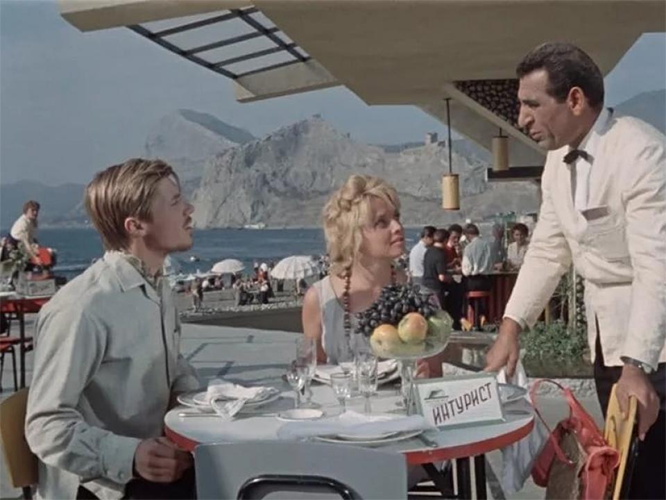 Генрих Оганесян снялся в камео — исполнил роль официанта в ресторане на набережной