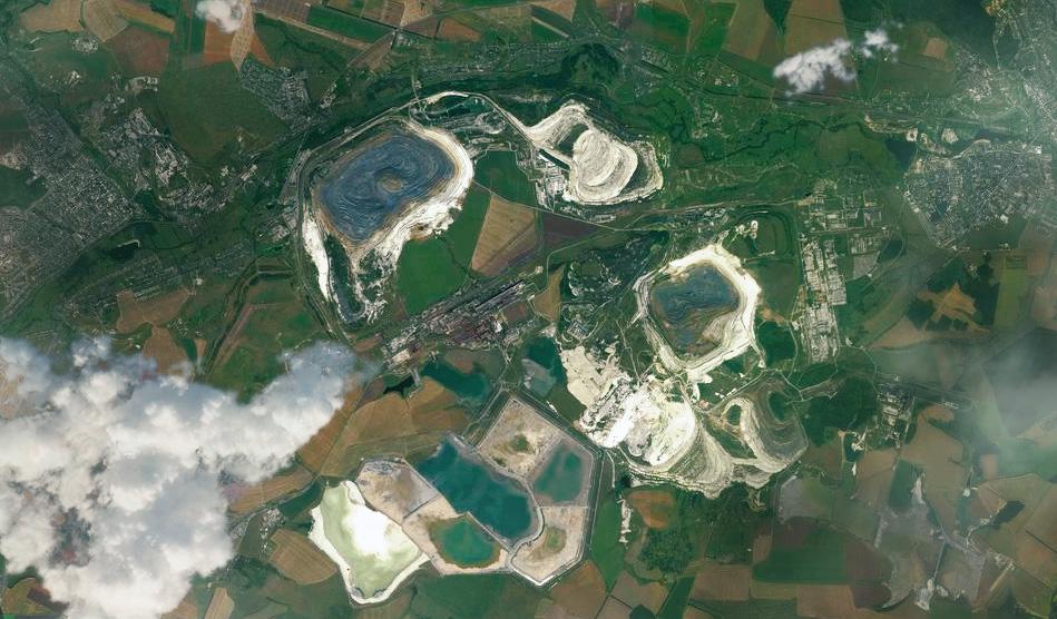 Карьеры по добыче железной руды между Губкином (слева) и Старым Осколом (справа).