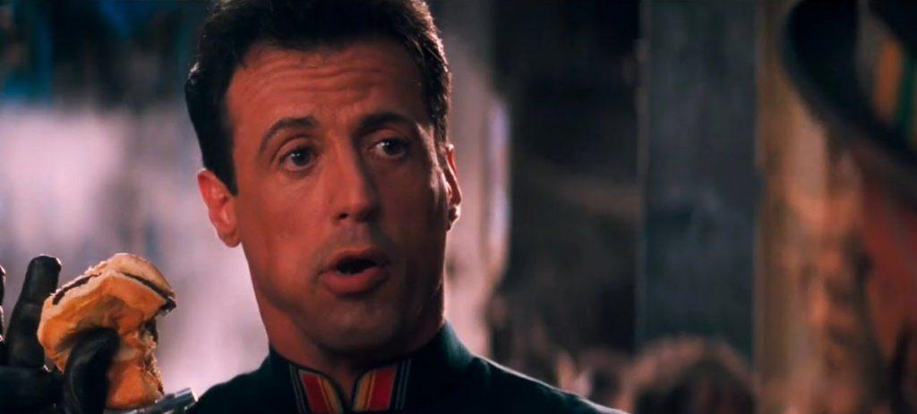 """Кадр из фильма """"Разрушитель"""", в которой Сильвестр Сталлоне поедает бургер из крысятины"""