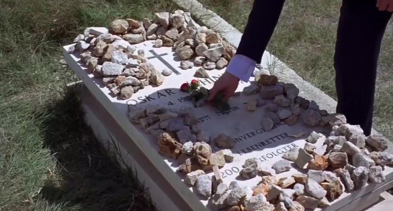 Человек, который кладёт цветок поверх камней в заключительных титрах — это Лиам Нисон, а не Стивен Спилберг.